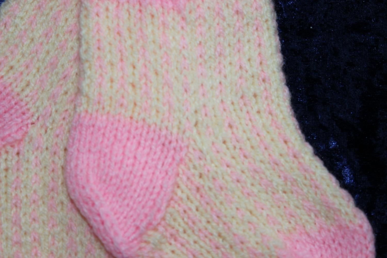 strikkede babysokker opskrift